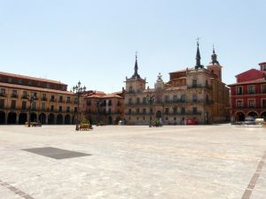 1280px-Plaza_Mayor_de_León