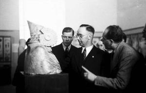 El dirigente nazi Heinrich Himmler en su visita al Museo del Prado en 1941.